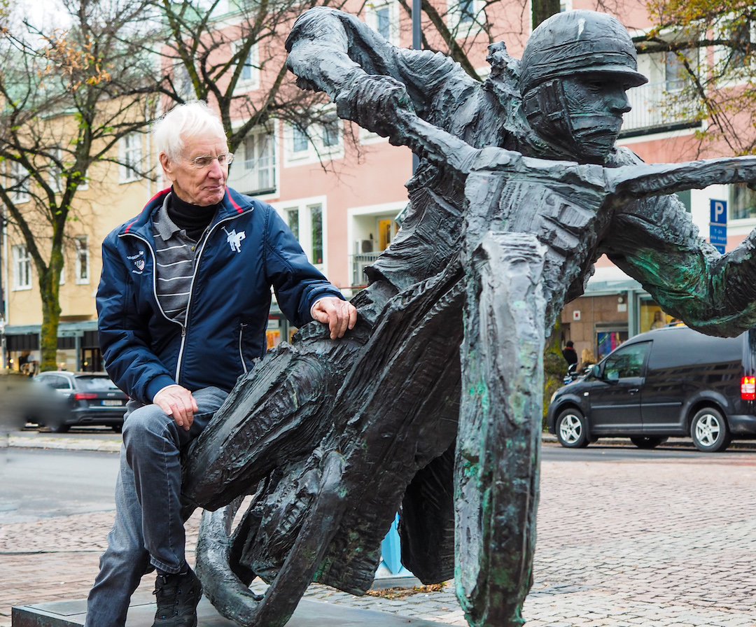 Fundin statue with Ove Fundin